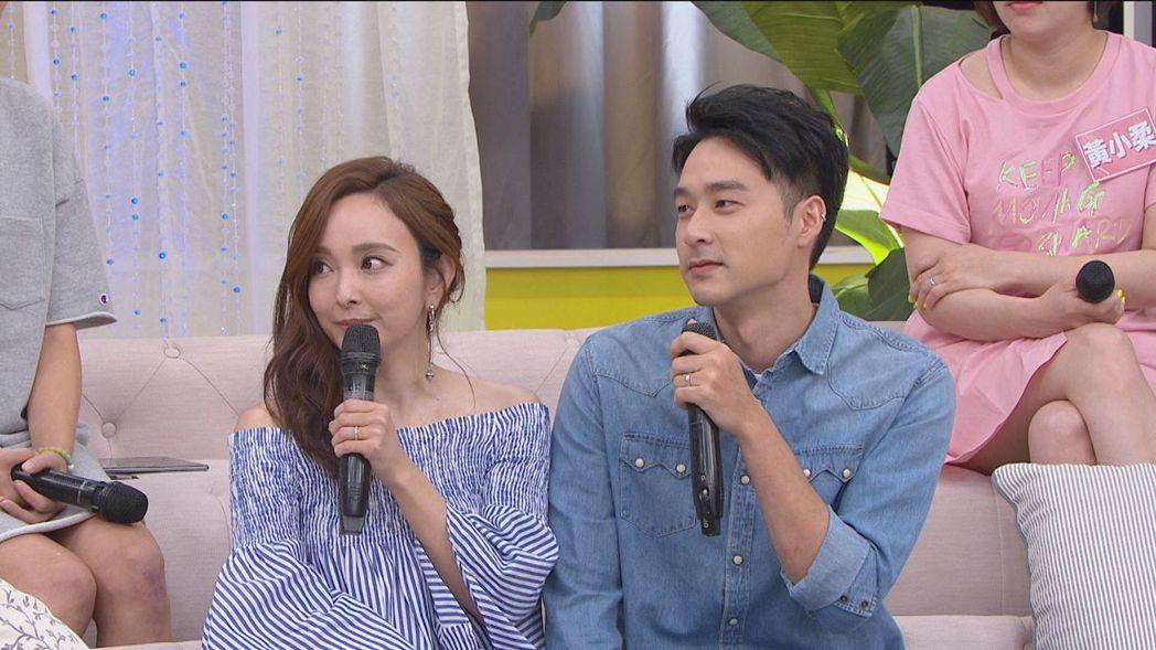 愛紗(左)和老公周洺甫上衛視中文台「女人234」。圖/衛視中文台提供