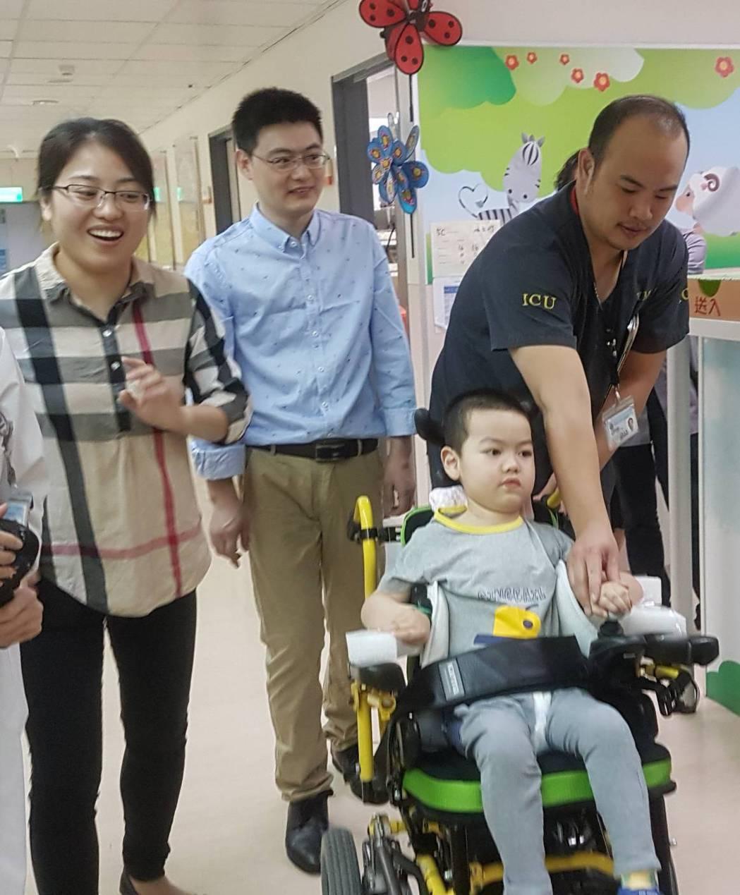 今年4岁的陆童量量(前右1)因罹患脊髓肌萎症,插管长达584天,来台求诊第19天拔管後,至今已能露出可爱小脸,自行操作轮椅和父母在医院内「逛街」。记者蔡容乔/摄影