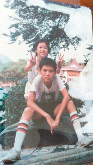 李長青小學時與妹妹攝於台中公園,身後湖心亭清晰可見。 李長青  圖片提供