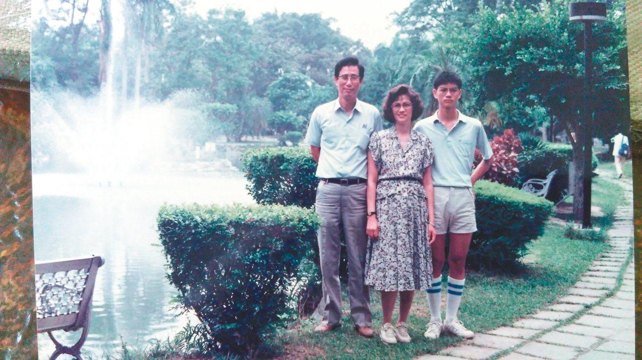 李長青國三升高一的那個暑假,與父母親攝於台中霧峰省議會。 李長青  圖片提供