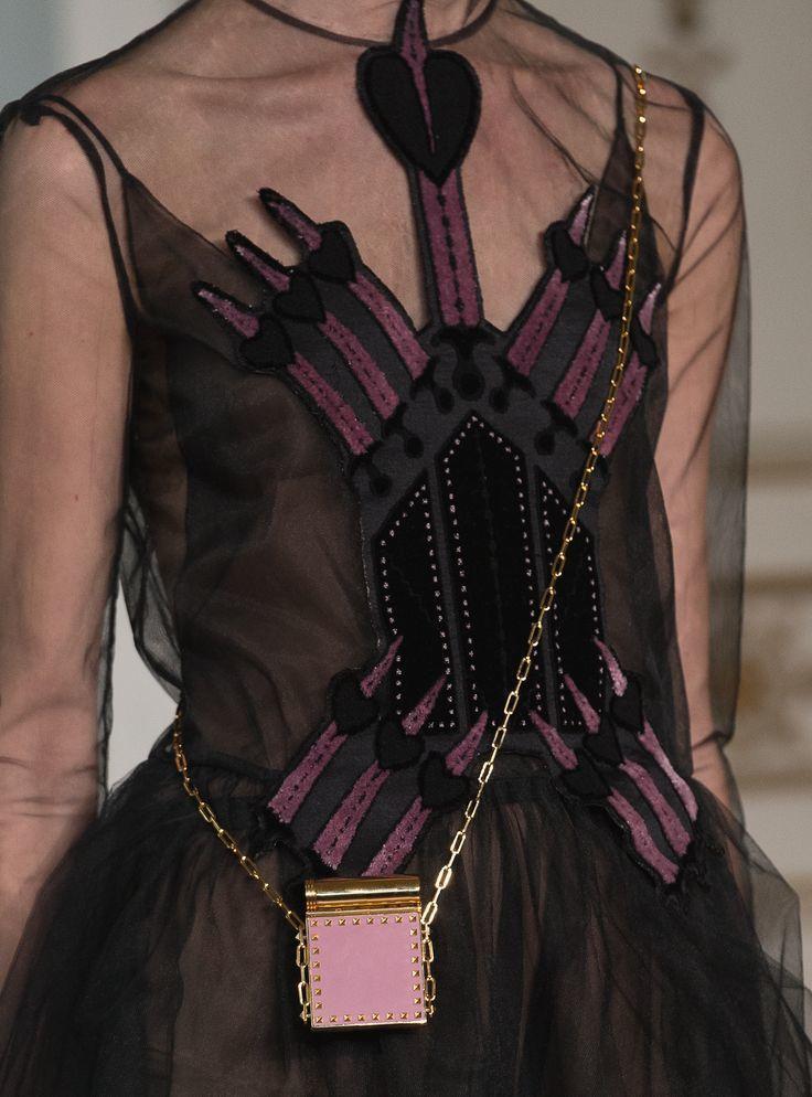 Valentino以神祕的黑色調混搭「愛之匕首」刺繡呈現透明潮流。圖/Valen...