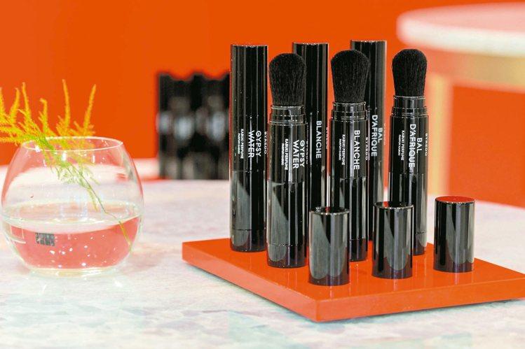 BYREDO隨身香粉刷,售價1,980元,共3種香調。圖/10/10 APOTH...