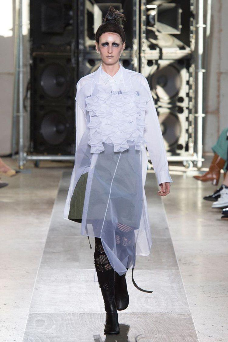 Junya Watanabe以透視布料搭配立體剪裁皺褶細節設計出的背心。圖/團團...