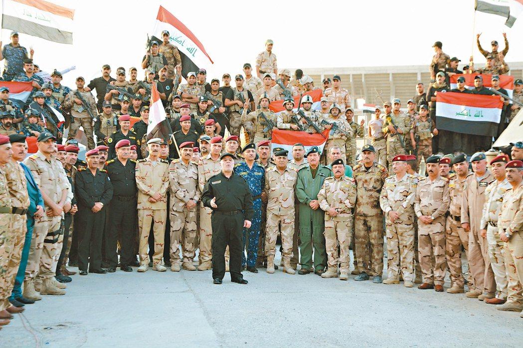 伊拉克總理阿巴迪(中)十日在摩蘇爾正式宣布擊敗伊斯蘭國。 路透