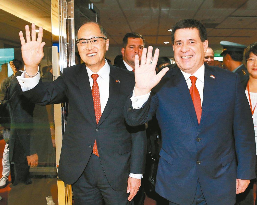 巴拉圭總統卡提斯(右)昨天下午率團抵台訪問,我國外交部長李大維(左)在空橋門口迎...