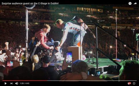 搖滾樂團酷玩主唱克里斯馬汀真的很酷!8日酷玩在愛爾蘭都柏林舉行演唱會,克里斯馬汀發現一位坐輪椅的歌迷被其他觀眾抬起來,以人龍的方式向前傳,他立刻要求大家把輪椅小哥一路護送到舞台上,並且親自把輪椅小哥...