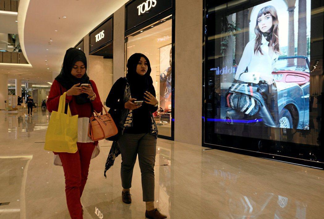 印尼人每天只走3513步,是全球「最懶」的人。圖為雅加達兩名婦女逛街購物。 ...