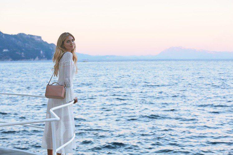 TOD'S今年找來義大利美女部落客Chiara Ferragni合作聯名系列商品...