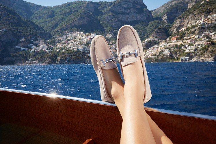 Chiara Ferragni穿著由她所選色製作的石英粉TOD'S Double...