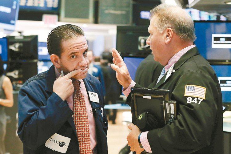 專家建議,穩健型投資人以股搭債、原物料等各類資產避震。 本報系資料庫