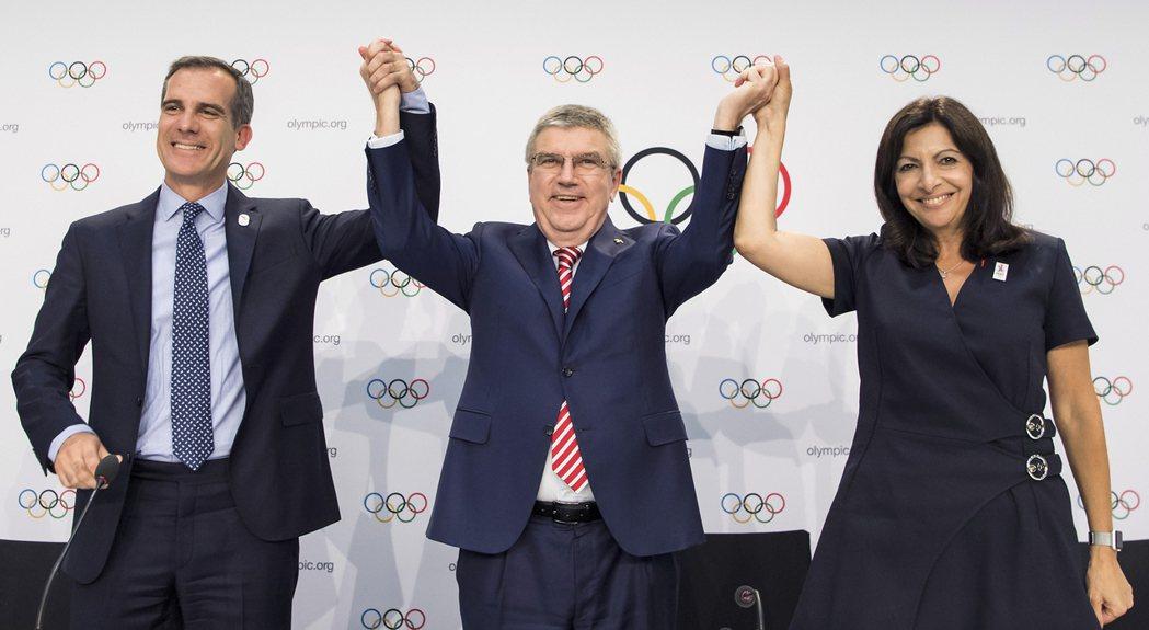 巴赫(中)認為暴力遊戲與奧運精神背道而馳。 美聯社