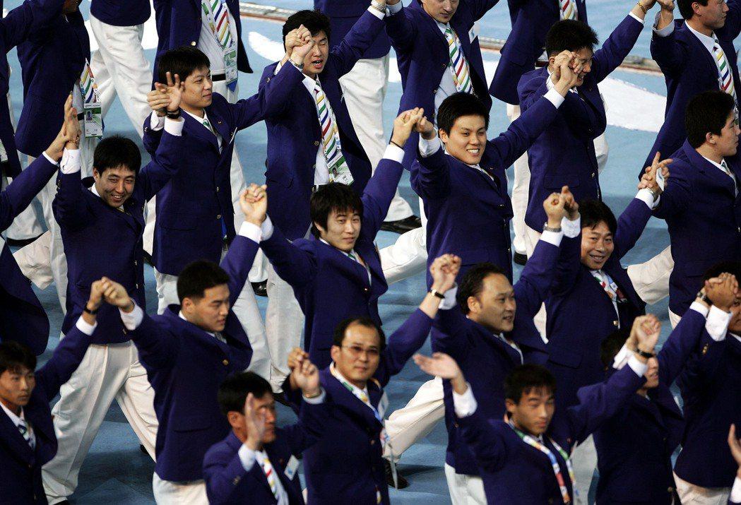 金正日掌權時期,兩韓曾數度共組隊伍參加國際型的運動賽事。圖為2005年澳門東亞運...