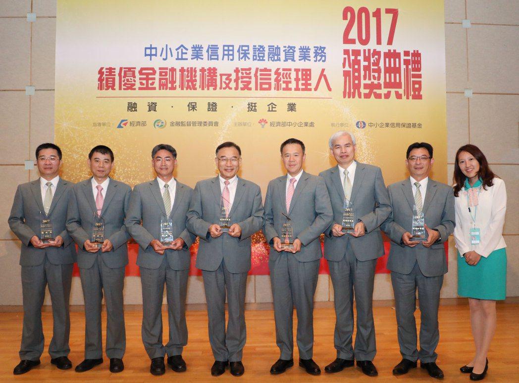 玉山銀行董事長曾國烈(左四)與團隊在頒獎典禮現場合影。 玉山銀行/提供。