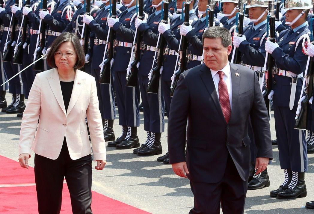 蔡英文總統在總統府前以軍禮歡迎來訪的巴拉圭共和國卡提斯總統(右)。 記者胡經周/...