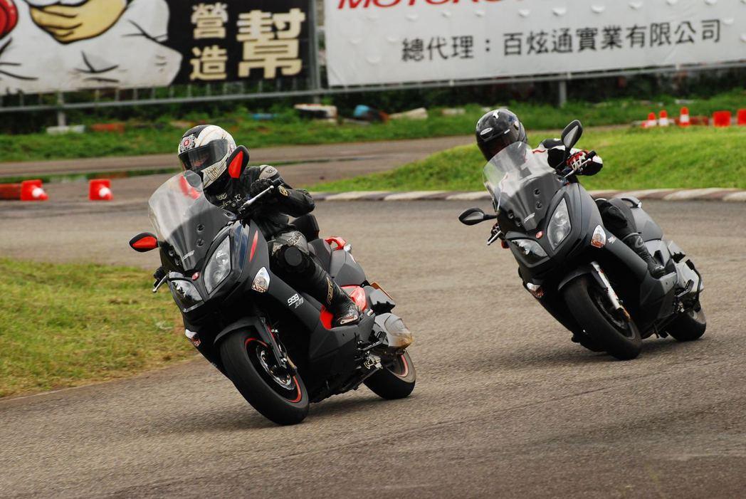Aeon Elite 300R與300E。記者林昱丞/攝影