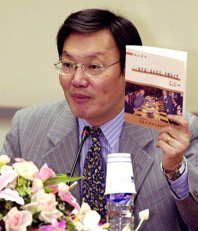 前陸委會主委蘇起主編的「一個中國,各自表述」,在2002年11月發表。 ...