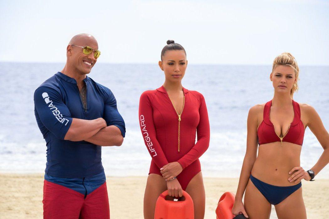 巨石強森(左)的「海灘救護隊」北美賣座不如預期,卻在德國超級大賣。圖/摘自imd...