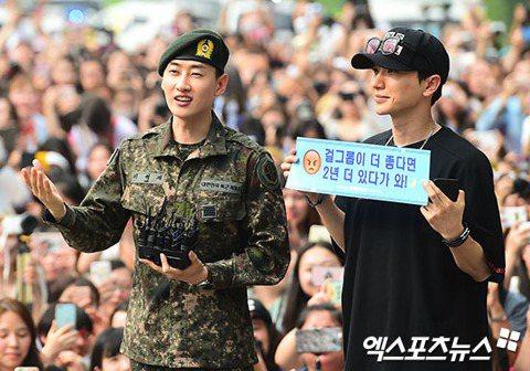 韓團Super Junior 10月將發新專輯,入伍的成員陸陸續續歸隊,12日上午銀赫率先退伍,隊友利特、藝聲、神童和14日退伍的東海都到場迎接他,現場一共有了16輛遊覽車,預估有上百名粉絲,銀赫笑...