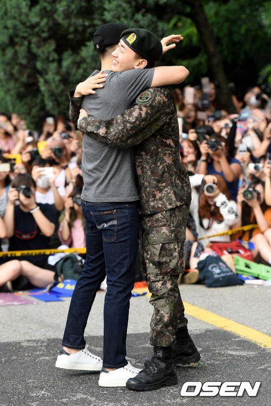 銀赫(右)退伍,東海到場迎接擁抱。圖/摘自OSEN