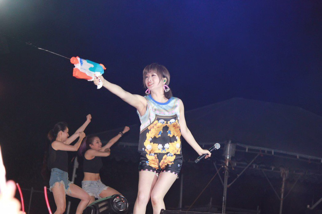 朱俐靜在舞台上朝台下射水槍,和歌迷玩得不亦樂乎。圖/朱俐靜工作室提供