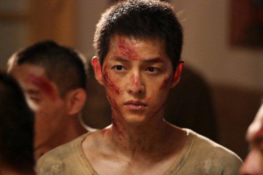宋仲基拍攝「軍艦島」時臉部受傷。圖/摘自sports朝鮮