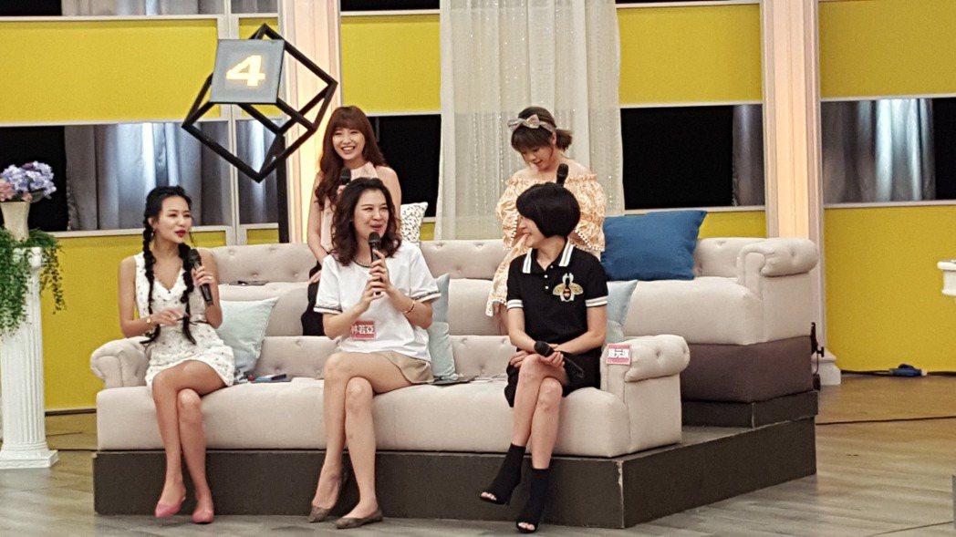 林若亞(中)錄衛視中文台「女人234」。圖/衛視中文台提供