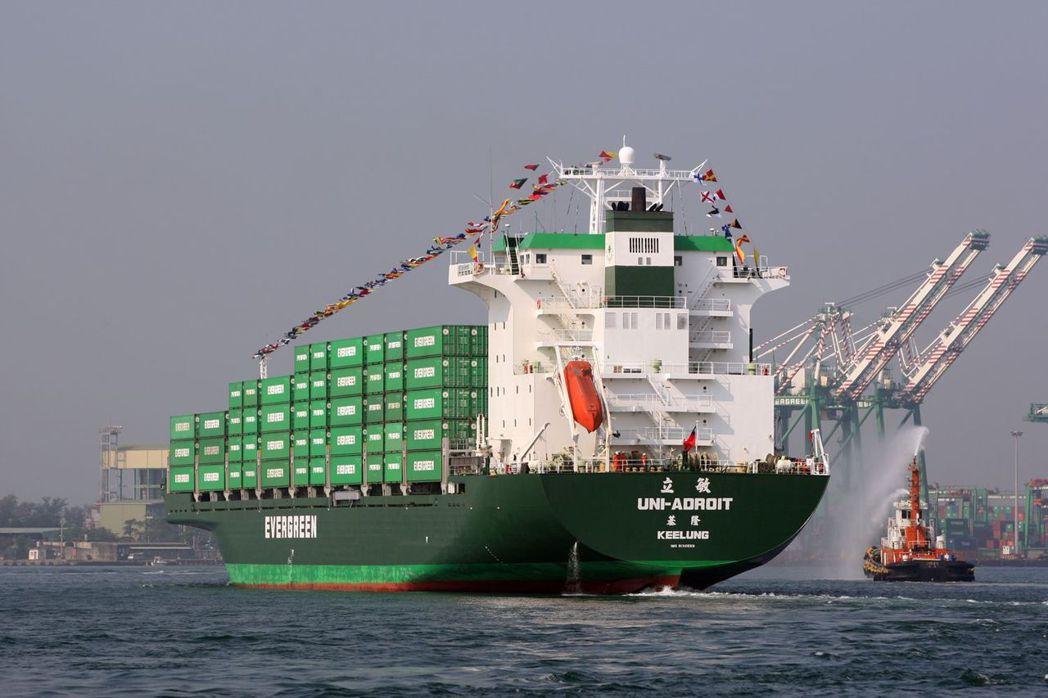 長榮海運貨櫃船進高雄港。(圖/聯合報系資料照,台灣港務公司提供)