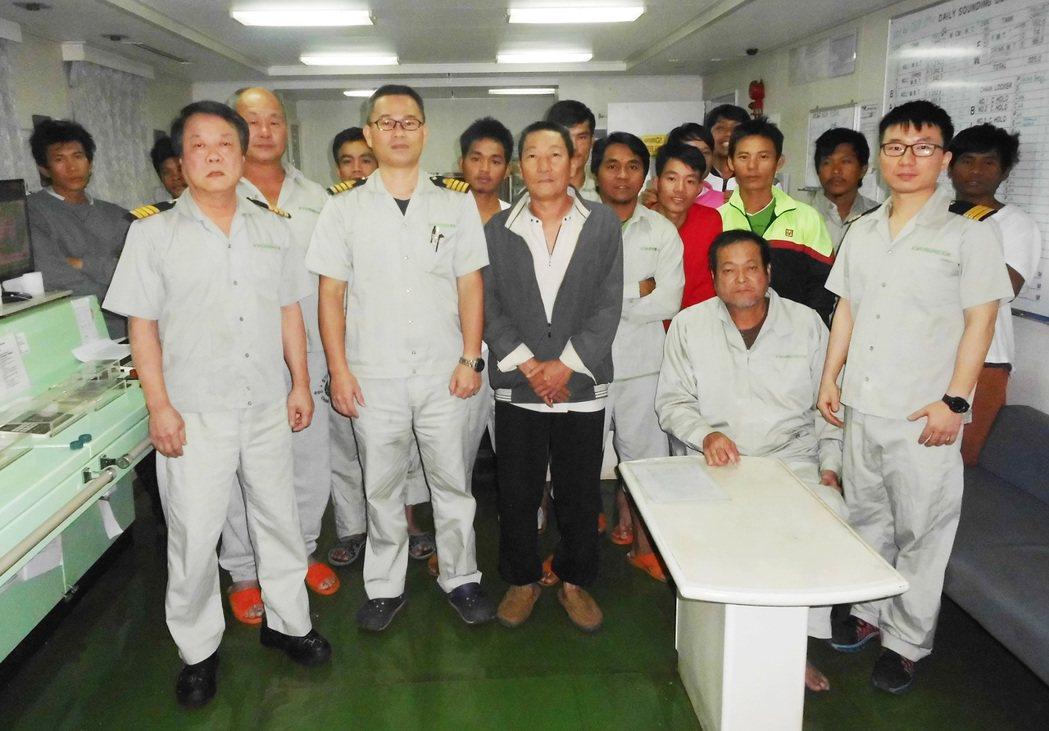 祥福六號漁船船員獲救之後與長帝輪船長戴燕堂(前排左二)等合影,前排左三(著灰色外...