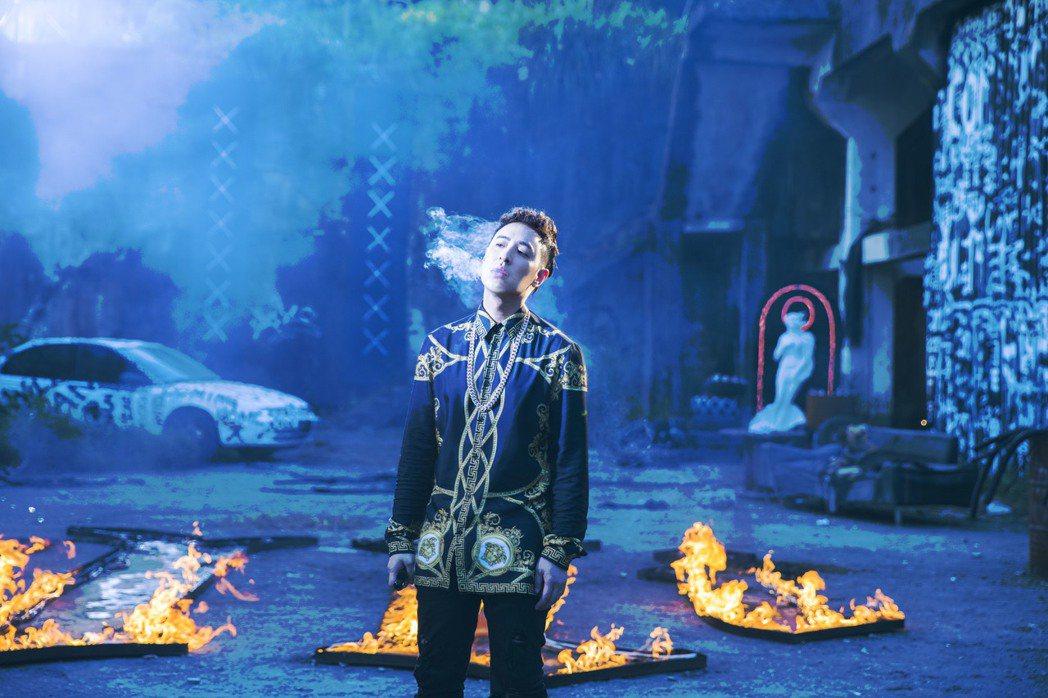 潘瑋柏為新歌MV大熱天穿冬裝站火海。圖/華納音樂提供