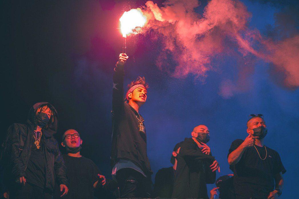 潘瑋柏(中)為新歌MV展現音樂爆發力。圖/華納音樂提供