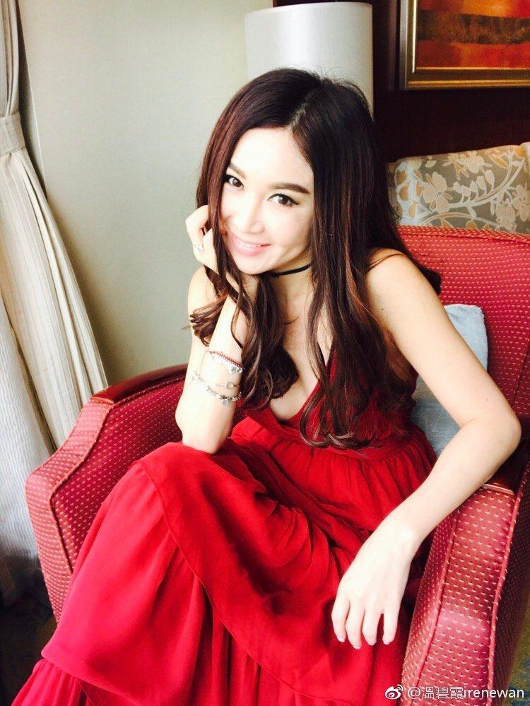 溫碧霞年過半百,外表依舊嬌豔。圖/摘自微博
