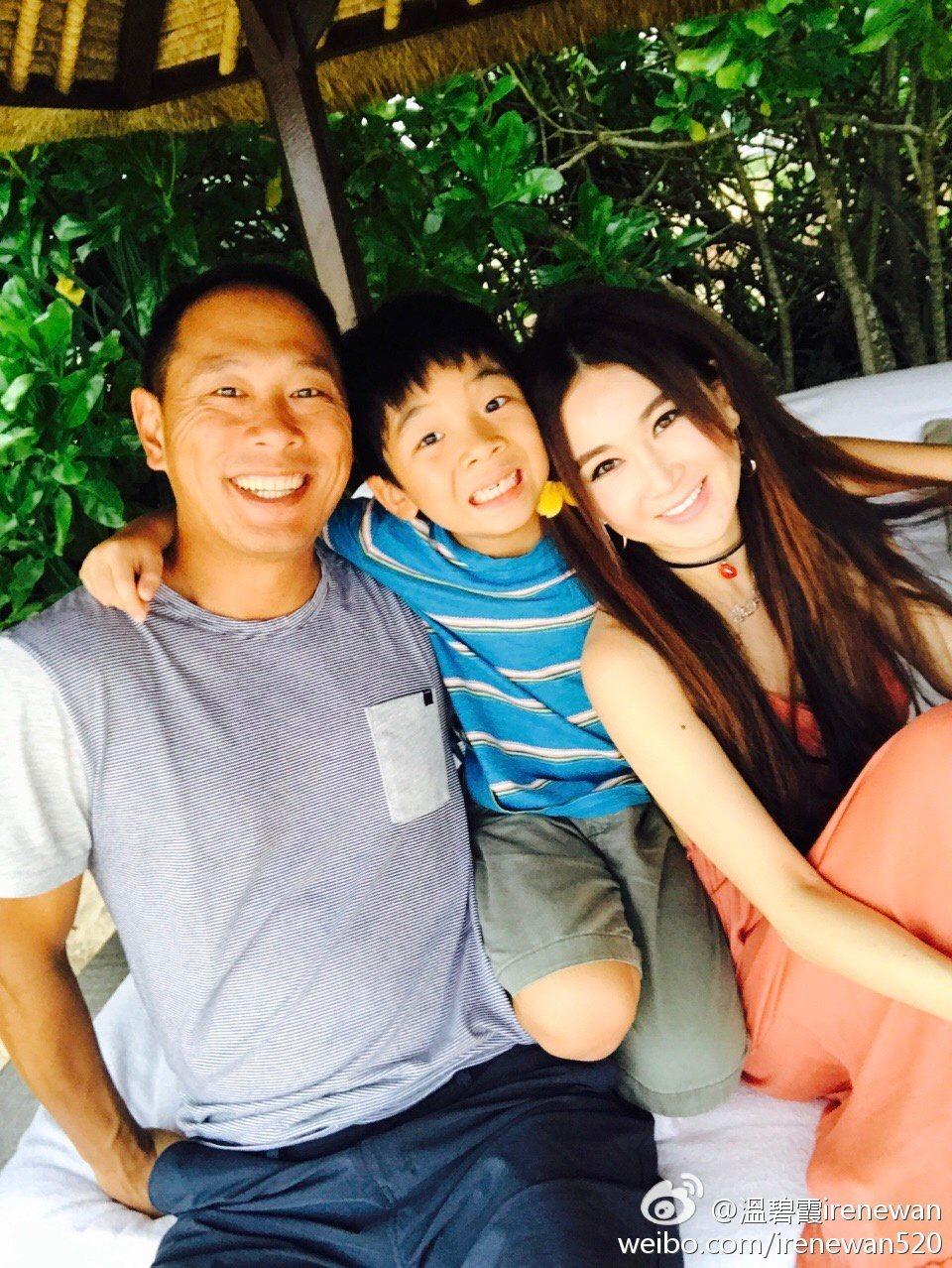 溫碧霞與丈夫、養子曾經和樂融融。圖/摘自微博
