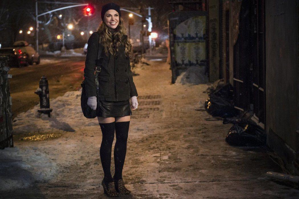 「第二春」女主角冒充小十幾歲的女生,意外開啟人生新的一頁。圖/摘自imdb