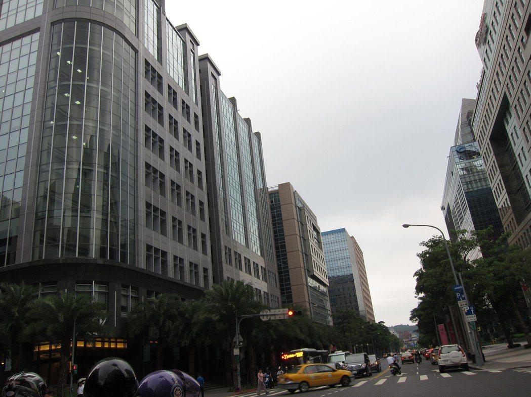 瑞光路上媒體聚集,包括TVBS、八大、 緯來等,大樓建築各有特色。記者高詩琴/攝...