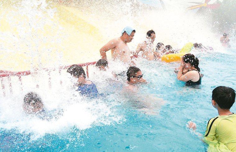 夏天民眾玩水消暑,需預防中暑、皮膚曬傷。 記者趙容萱/攝影