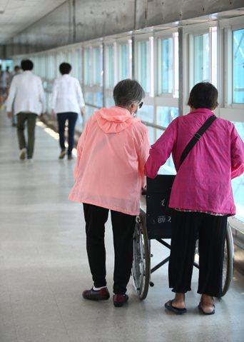 為因應分級醫療制,減少虧損,不少大醫院要求醫師改登錄重症代碼,以留住輕症患者。圖為某醫學中心場景。