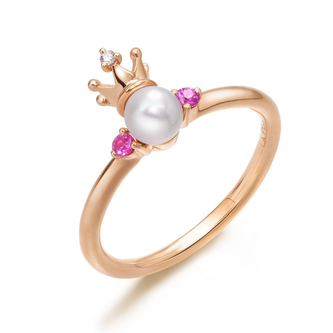 點睛品La Pelle 18K 玫瑰金Akoya珍珠、粉紅色藍寶石及鑽石戒指,12,500元。