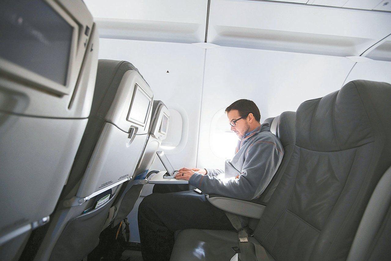 7月17日起,在登機門前,針對赴美班機旅客攜帶的電子產品實施抽檢。圖/路透