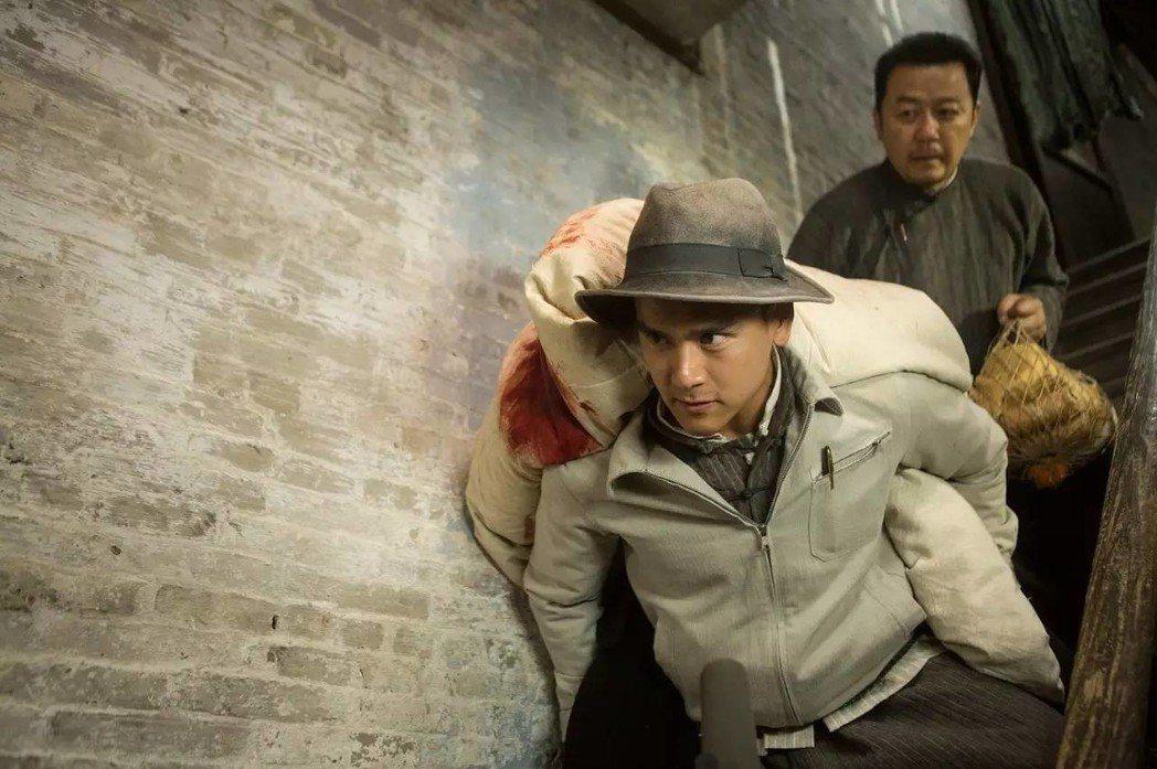彭于晏在《明月幾時有》飾演抗日游擊隊短槍隊副隊長劉黑仔。 圖/双喜電影提供