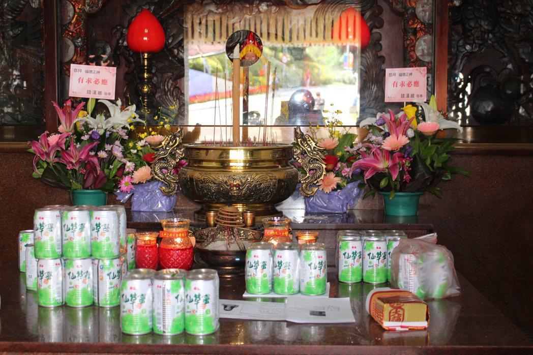 新竹市光明里福德宮在交大對面,因仙草蜜傳說,成為交大與附近居民的信仰中心。 記者...