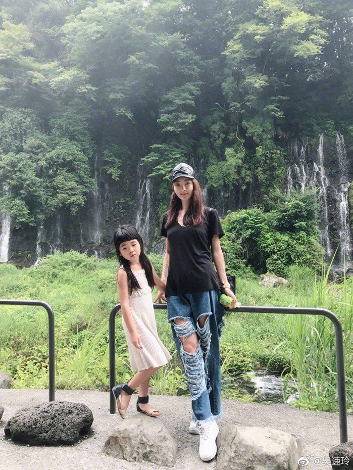 吳速玲這幾天帶著Grace出遊,昨(12日)母女倆還一同在深山遊玩。 圖/擷自微...