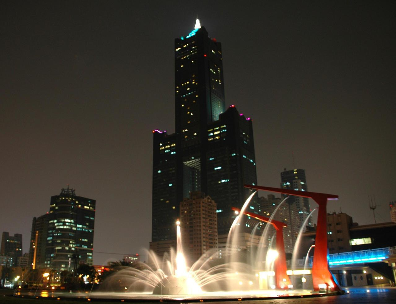 高雄市新光碼頭一帶夜景美不勝收。記者謝龍田/攝影