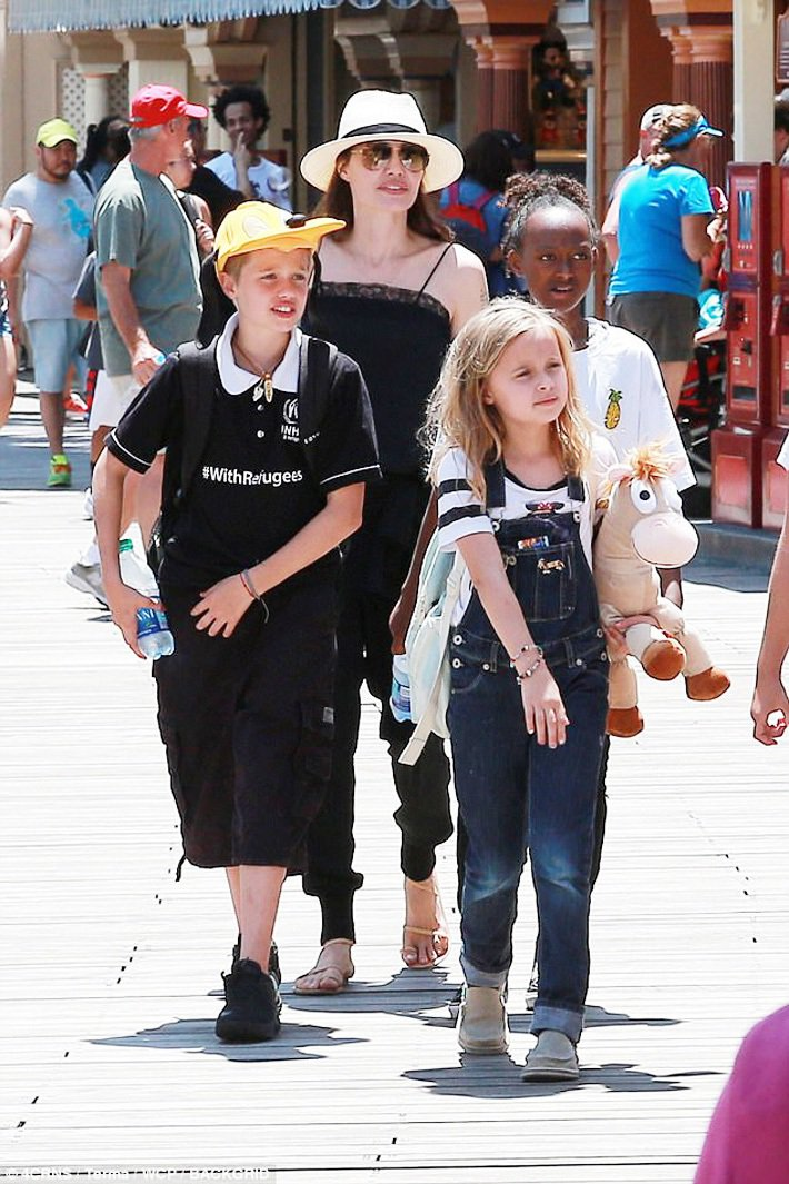 裘莉與Shiloh(前左)、Vivienne(前右)、Zahara(後右)。圖/...