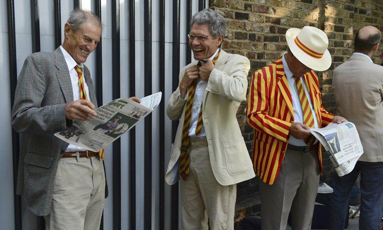 馬利爾本板球俱樂部會員紅黃相間的帽子與領帶。 圖/路透社