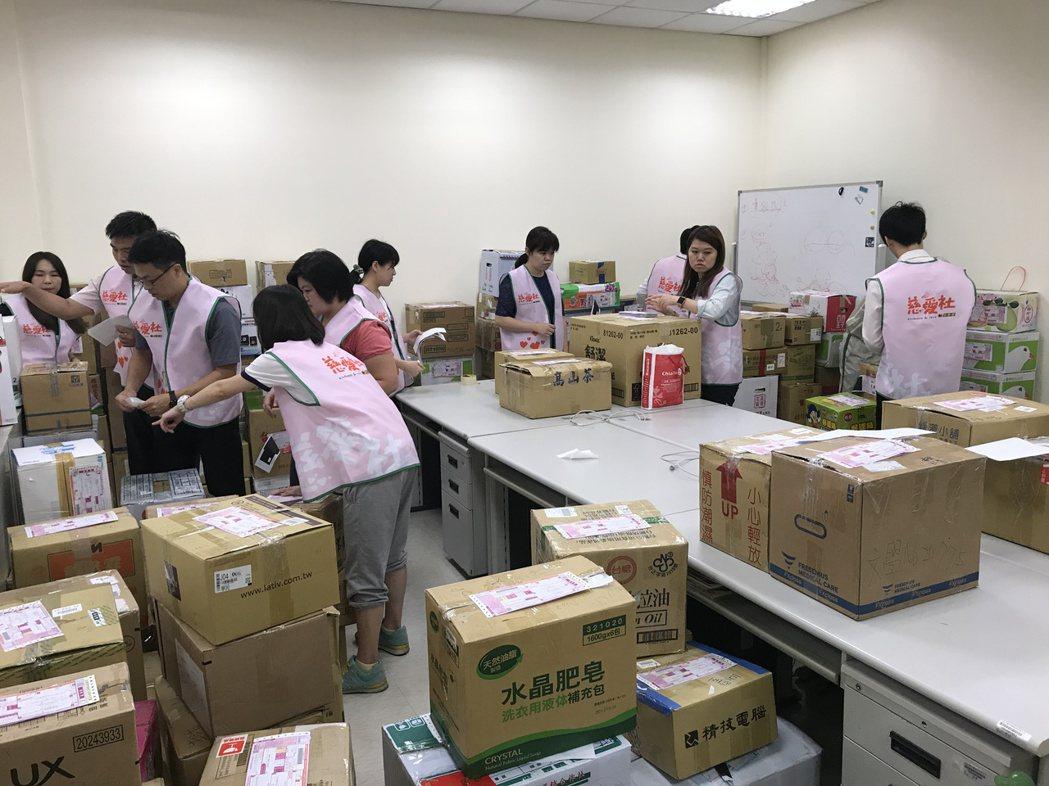 統一速達慈愛社志工與主辦單位一同進行理書工作,將募集書籍分類裝箱。