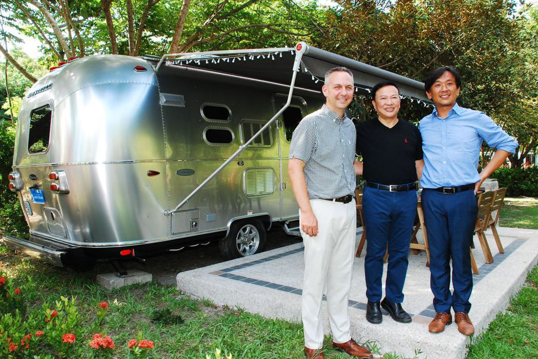 Airstream露營車體驗營剪綵,左起為Airstream副總裁Justin、日暉集團董事長鄭越才、德國歐瑪董事長羅達仁。記者林昱丞/攝影