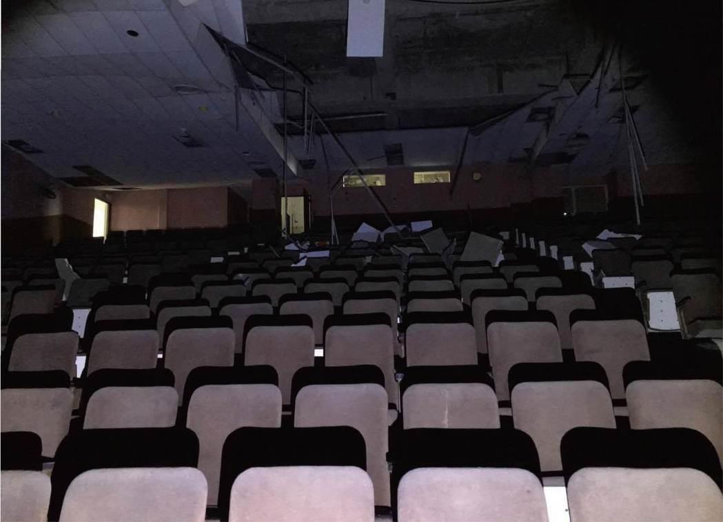 新北市荒廢多年的戲院。 圖/金鋼狼提供