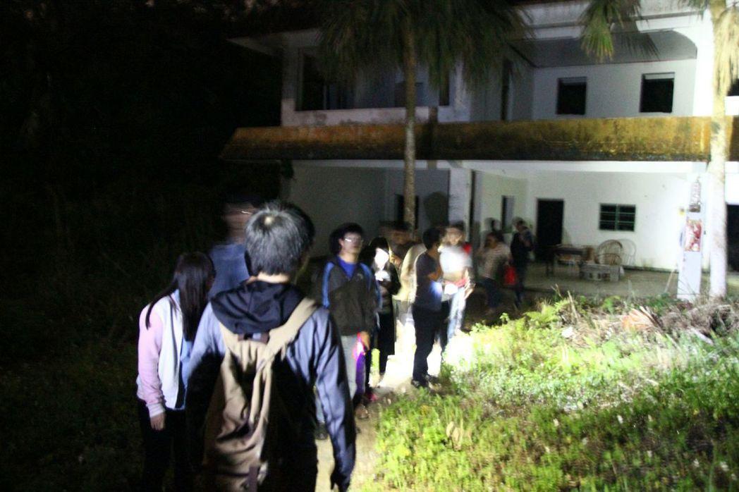 「鬼故事夜遊團」29人在今年4月夜闖宜蘭頭城一處廢宅,在屋內發現男性遺體。 圖/...