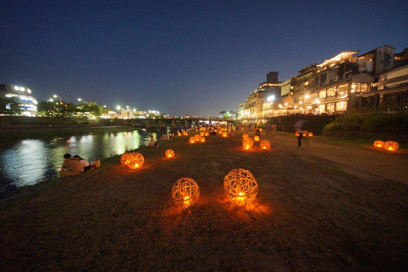 鴨川旁的LED風鈴燈點亮夜晚的鴨川。