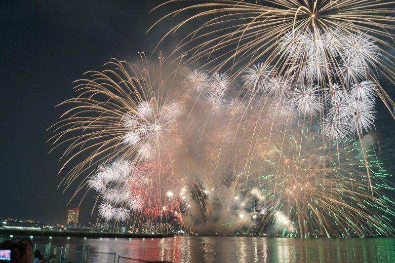 璀璨的煙火倒映在湖面,天水火光交織,驚人的壯觀。